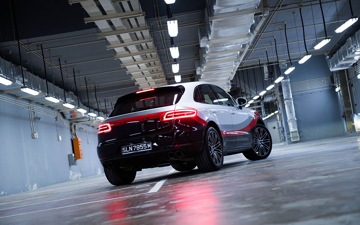 Porsche Macan Turbo Performance Package garage trasera fx